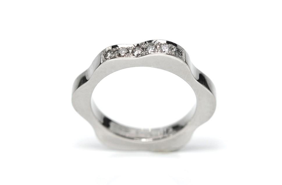 750 %o palladiumvalkokultasormus, 3 kpl W/Vs timantteja 0,053 ct yht ja 3 kpl vaaleanruskeita timantteja 0,050 ct yht.